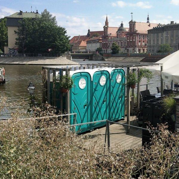 Toaleta przenośna naWyspie Słodowej weWrocławiu