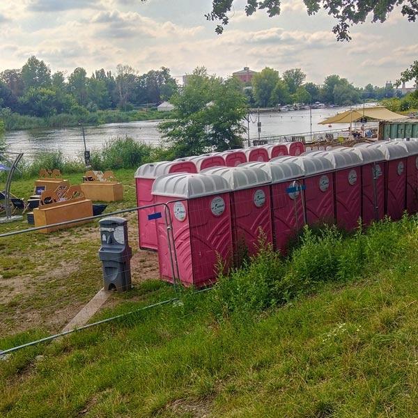 Przenośne kabiny Standard nadOdrą koło Wrocławskiego Zoo
