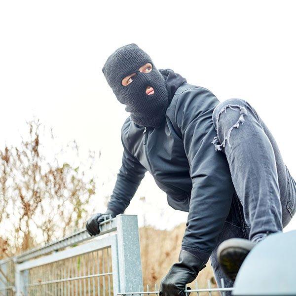 kradzież nabudowie - złodziej włamujący się nabudowę